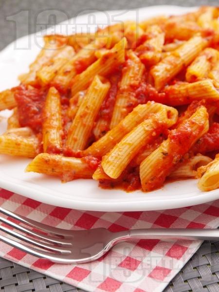 Пене паста (макарони) с пикантен сос Арабиата от домати и люти чушки - снимка на рецептата
